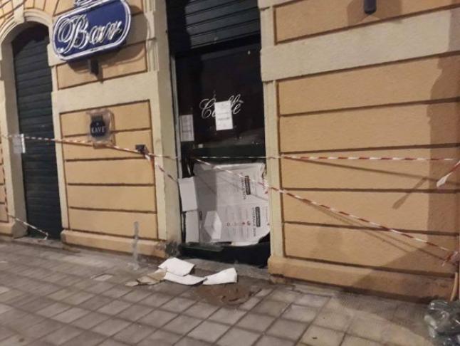 Reggio, ancora un'intimidazione in pieno centro: in fiamme